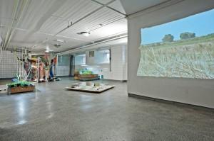 installasjonsbilde fra Prindsekjøkkenet (videoprojeksjon i forgrunnen av Luca Andreotti)