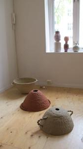 installasjonbilde av Victoria Günzler sine arbeider på utstillingen Samtidsarkeologi del 1, 24. - 26. april 2014